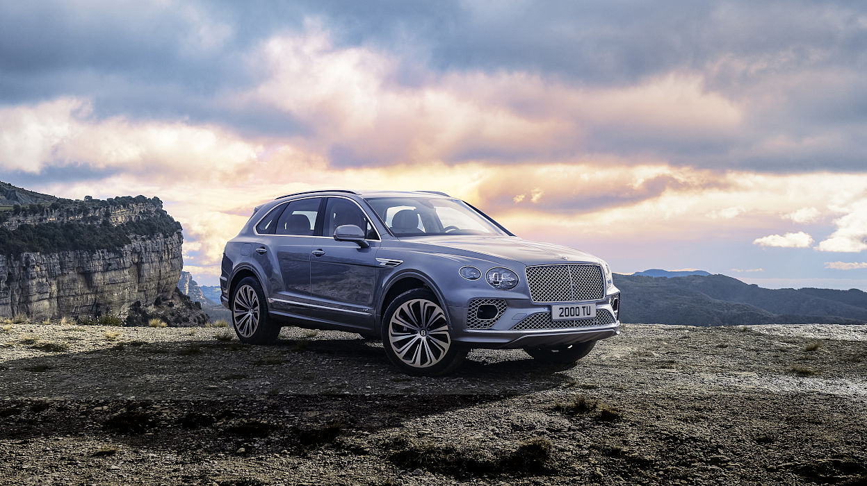 new-bentley-bentayga-v8-in-hallmark-paint-parked-on-cliff-top-2020